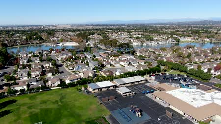 упакованный : Aerial view of residential suburban packed homes neighborhood during blue sky day in Irvine, Orange County, USA Стоковые видеозаписи