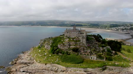 cornualha : St Michaels Mount is a small tidal island in Mounts Bay, Cornwall, England, United Kingdom. Castle and chapel on the top of the mount. September 22nd, 2020