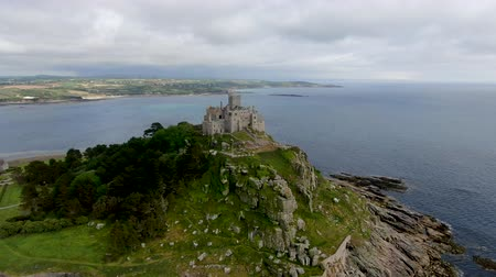 cornovaglia : St Michaels Mount is a small tidal island in Mounts Bay, Cornwall, England, United Kingdom. Castle and chapel on the top of the mount. September 22nd, 2020