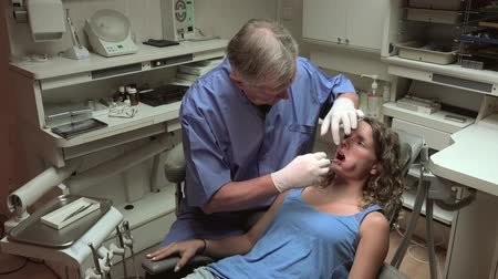 branquear : Dentist examining patient His