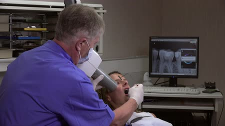 branquear : Taking a dental radiography