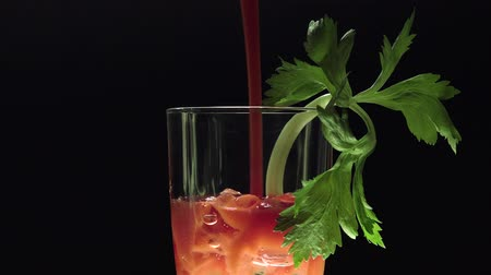 wódka : Turning stirrer stick in Bloody Mary with celery leaves