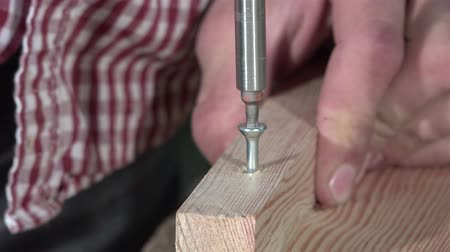 paneling : Laying a screw electric screwdriver