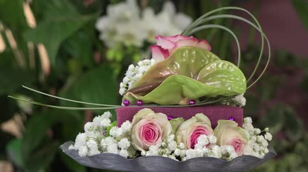florista : Creating a flower arrangement shaped as a cake Stock Footage
