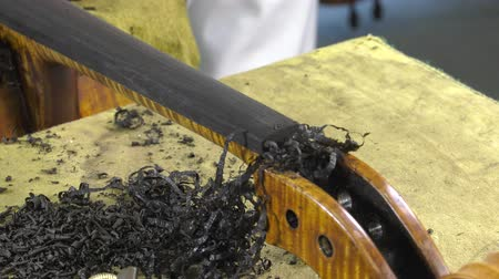 pétala : Luthier leveled the ebony fingerboard with a blade