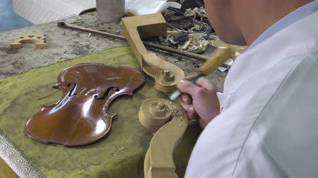 pétala : Luthier sculpt a cello head