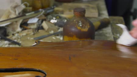 pétala : Cleaning and polishing an old table cello