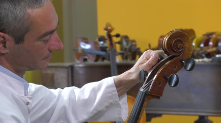 pétala : The maker oven tune the strings of cello
