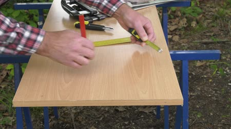 miter saw : Drawing a melamine panel with a square and a pencil