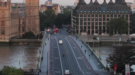 londýn : big ben sunrise over westminster bridge tilt up