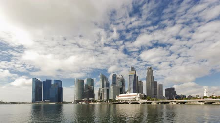 muzeum : City skyline view across Marina Bay to the financial and business district