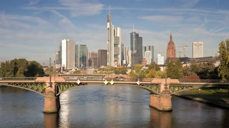 основной : Frankfurt Germany river main iconic skyscrapers of the financial district Стоковые видеозаписи