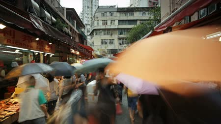 productontwikkeling : Shoppers snuffelen door de traditionele Chinese kraampjes in Wanchai Market Hong Kong Stockvideo