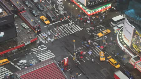 Бродвей : Times Square intersection on rainy day timelapse