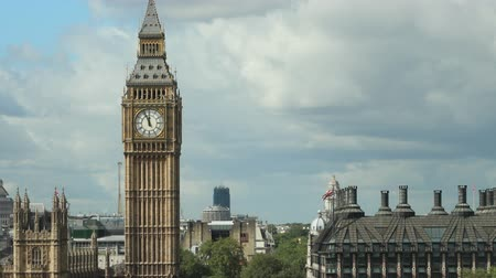 Zoom gedurende de dag in op Big Ben over de Westminster-brug Stockvideo