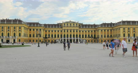 anual : VIENNA - AUSTRIA, JULY 17, 2014: A lot of tourists are visiting Schonbrunn Palace in Vienna, capital of Austria. Palace was built in 1642 and is 1441-room Rococo monument visited by 2,600,000 yearly.