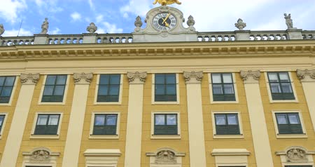 schonbrunn : Schonbrunn Gardens in Vienna. Schonbrunn Palace is a former imperial 1441-room Rococo summer residence fo Habsburg.. Stock Footage