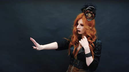modelka : Steampunk gothic girl wears rings on her fingers