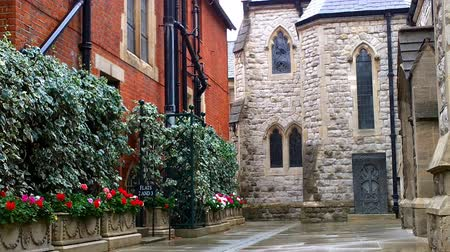 İngilizce : Church Courtyard in London