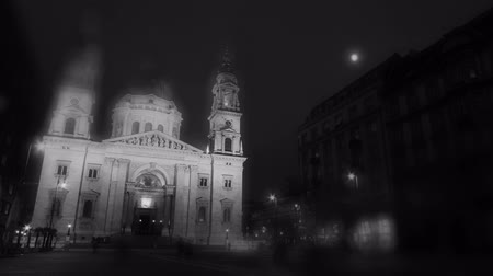 budapeste : St. Stephens Basilica in Budapest - Hungary. Getting dark timelapse. Black and White. Tilt Shift effect.  Wide angle lens shot.