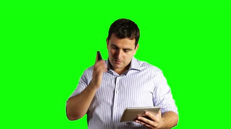 sein : Jonge Zakenman Tablet PC en mobiele telefoon Greenscreen Stockvideo
