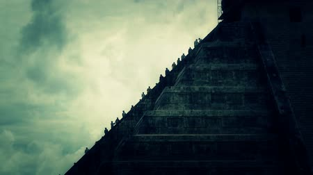 pyramida : Chichen Itza Mexico Yucatan Kukulcan Pyramid stylized. Workers giving stone blocks to each other