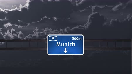 munique : 4K Passing under Munich Germany Highway Road Sign at Night Photo Realistic 3D Animation with Matte 4K 4096x2304 ultra high definition Vídeos