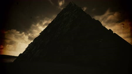 mistig : 4K Mysterious Enigmatic Pyramid Fantasy Vintage 3D-animatie Stockvideo