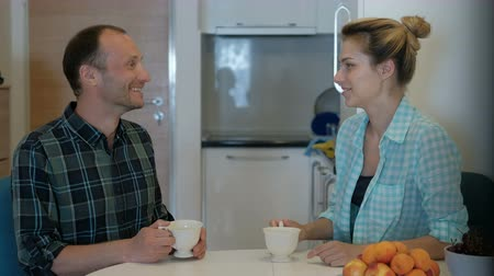 náklonnost : man comes to visit woman, drink tea, talk, discuss personal life