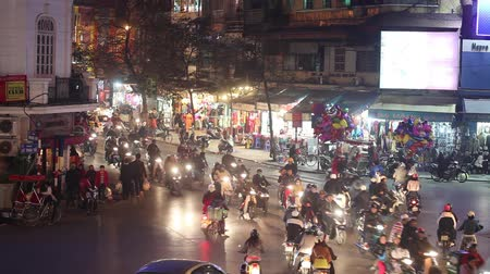 sul : Traffic Chaos in Hanois Old Quarter, Vietnam, at Night