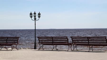 sokak lâmbası direği : Sea shore esplanade recreation area with bench seats and antique style street lamp post Stok Video