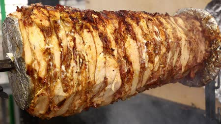 baixo teor de gordura : Close up chicken meat Turkish doner kebab Greek gyros or Arabian shawarma roasted and smoked in rotisserie over char grill low angle side view