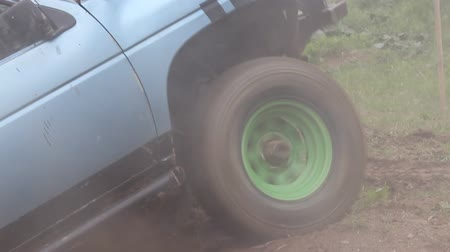 terreno extremo : Detailed view of the vehicle, which in difficult terrain tires slipping.  Vídeos