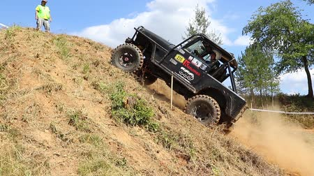 definição : MESTECKO TRNAVKA,  CZECH REPUBLIC - AUG 29: Black off road car is sliding down a steep slope in defined route at Big Shock Cup 2015 on August 29, 2015  in Mestecko Trnavka, Czech Republic.