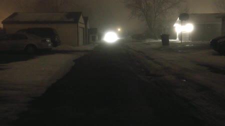 garça real : Headlights bouncing in a narrow alleyway during winter with thick fog in the air