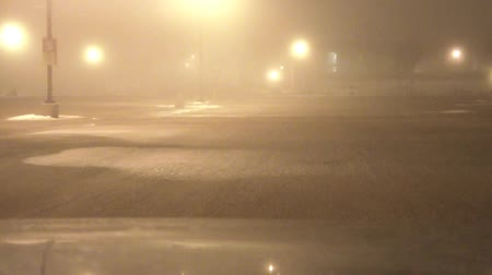 télen : Slow drive through a foggy parking lot at night, in the middle of winter.