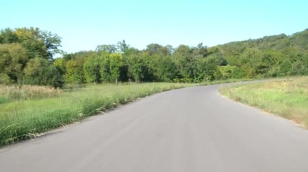 maravilha : Scenic drive through hills and winding roads on sunny morning in Minnesota during late summer. Stock Footage