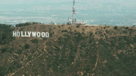 registrati : Vista aerea, volando da est a ovest passando il segno di Hollywood e le colline di Hollywood a Los Angeles.