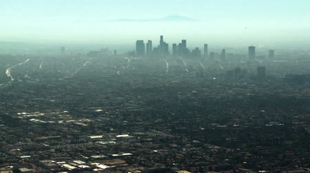 felhőkarcoló : Smoggy aerial view looking towards downtown Los Angeles, California.