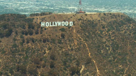 jel : Aerial view flying from West to East passing the Hollywood sign in Los Angeles. Stock mozgókép
