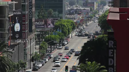 mais : Long shot looking South on Vine Street towards Hollywood Boulevard in Los Angeles, California. Visible off in the distance is vehicle and pedestrian traffic. Stock Footage