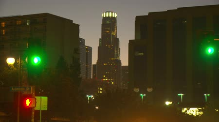 koşuşturma : Day to night time-lapse view of Library Tower (US Bank building) in Los Angeles as the sun sets behind it.