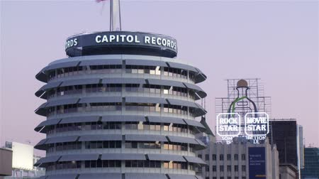 etiketler : Capitol Records Day to Night Time-lapse. Day to night time-lapse low dutch angle looking South on Vine Street towards Hollywood Boulevard with featuring the famous Capitol Records building in Los Angeles, California. Stok Video