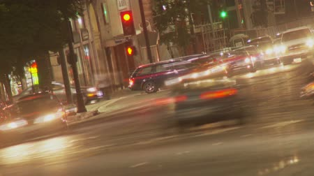 фокус : Hollywood Traffic Time-lapse. The nightlife and party-goers streak by in this soft focus time-lapse dutch angle looking South on Vine Street towards Hollywood Boulevard in Los Angeles, California.