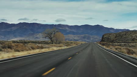 deserto : Cinematic Road Trip. Cinematic and smooth travels down a barren and desolate road in the middle of nowhere.