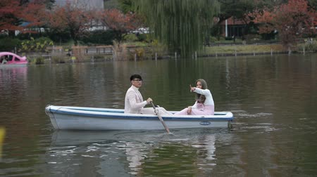 гребля : Young couples with romantic tour on the autumn lake Стоковые видеозаписи