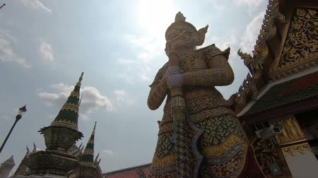 thai kültür : Big giant at Wat Phra Si Rattana Satsadaram Stok Video