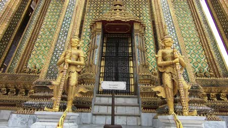 budha : Wat Phra Si Rattana Satsadaram, The most sacred Buddhist temple in Thailand