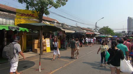 alku : Bangkok, Thailand - March 11, 2017 : The Chatuchak or Jatujak Weekend Market, a popular tourist destination. is the largest market in Thailand. open Saturday and Sunday. Stock mozgókép
