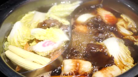 helft : Shabu Shabu en Sukiyaki in hete pot in restaurant Stockvideo